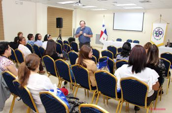 Expositor y participantes del seminario taller Extensión Crítica e Integralidad.