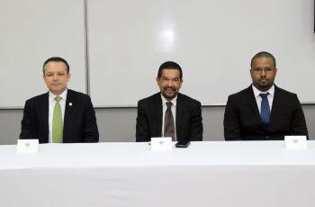 Los doctores, Tejedor y Vargas, junto al Investigador Lloyd durante el  lanzamiento.