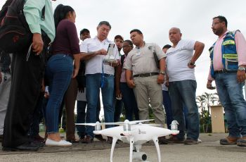 El expositor explica las medidas a tomar para el levantamiento de un dron.