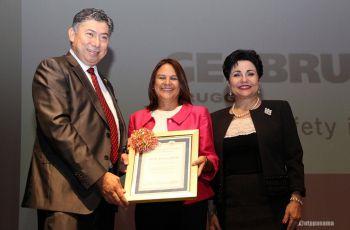 Autoridades de la UTP entregan Diploma de Honor al Mérito a Ilya Espino de Marota.
