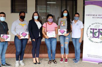 Ing. Vivian Valenzuela, Vicerrectora de Vida Universitaria, entrega Tablets a estudiantes que tenían dificultad para conectarse a las clases virtuales.