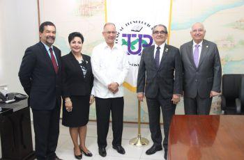 El Embajador de Panamá en Japón, S. E. Ritter N. Díaz, el Rector de la UTP y autoridades universitarias.