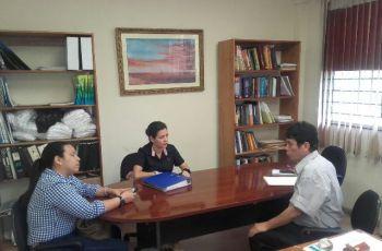 Dr. Reinhardt Pinzón, del CIHH dialogando con la Sra. Geraldine Arias del OIEA y la Lic. Zabdy Vergara de Cancillería.
