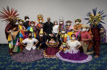 Miembros del conjunto folclórico de la UTP con vestimenta de típico, diablicos y congos.