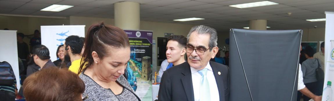 El Rector de la UTP, Ing. Héctor M. Montemayor Á., entrega diploma al estudiante de mayor índice académico de la Promoción 2018.